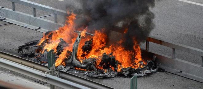 Estado en el que quedó el Tesla tras el accidente y el incendio en Suiza