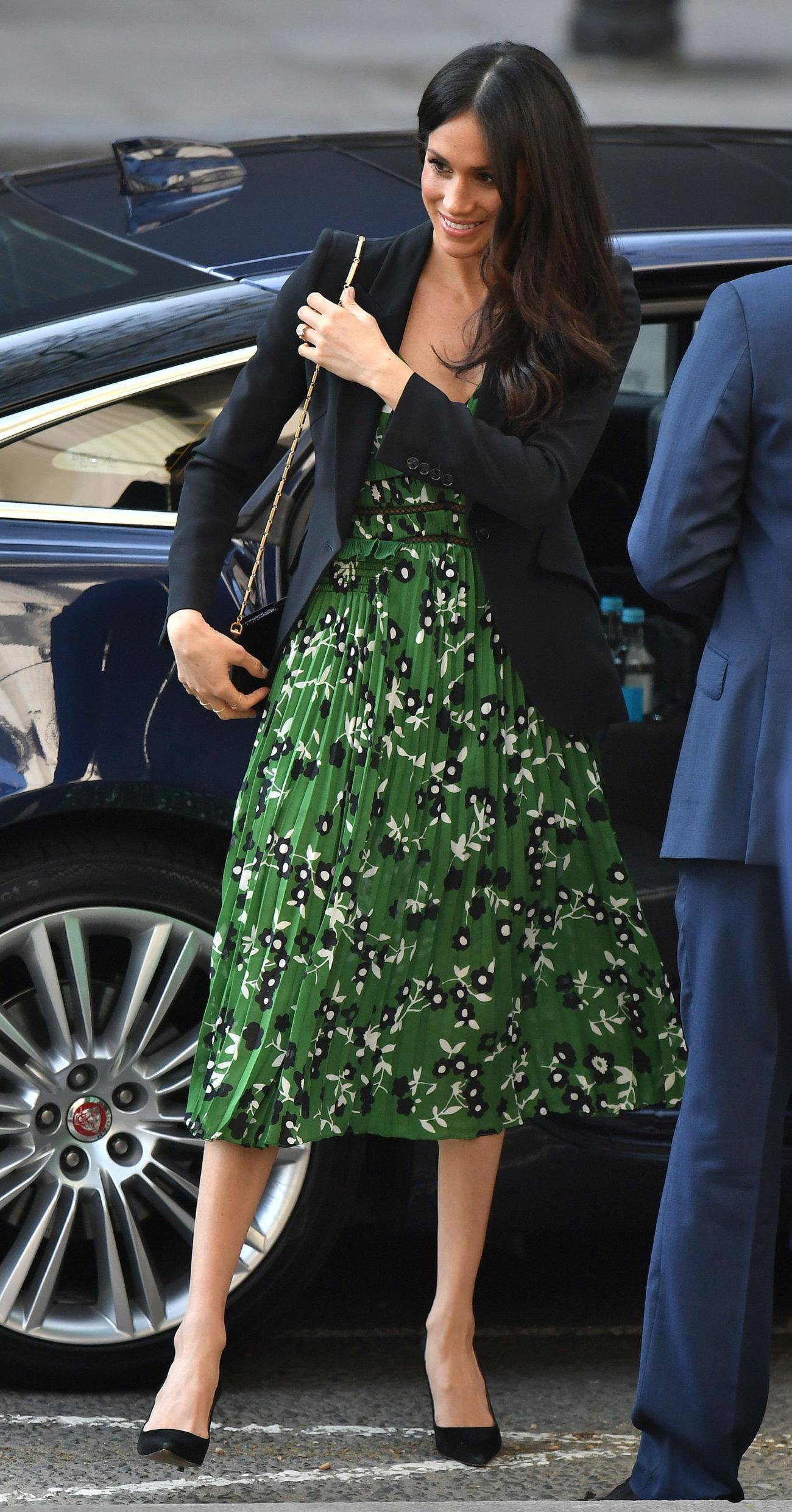 Meghan Markle con vestido floral y americana negra