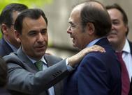 Fernando Martínez-Maillo junto a Pío Escudero en la Asamblea de Madrid.