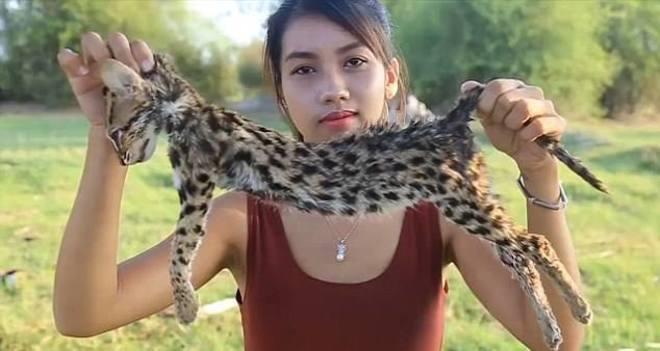 Ah Lin Tuch muestra el cadáver de un gato pescador antes de cocinarlo en su canal de YouTube.