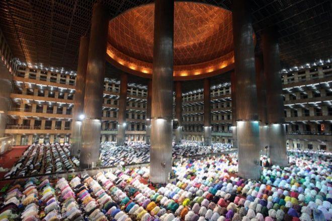 Cientos de musulmanes indonesios rezan en la mezquita Istiqlal en Yakarta (Indonesia).