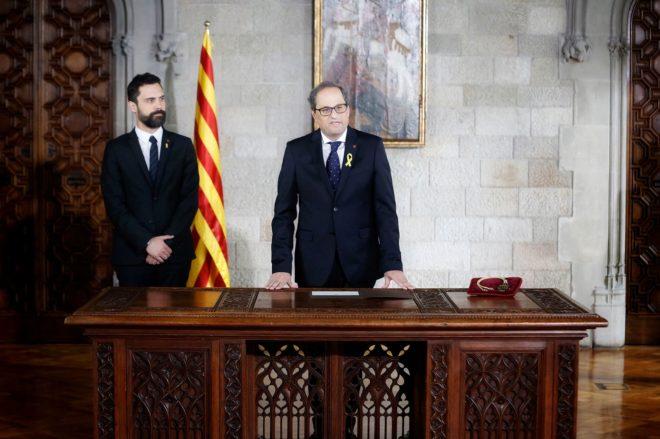 Quim Torra (d) junto a Roger Torrent (i) durante la toma de posesión como presidente de la Generalitat.