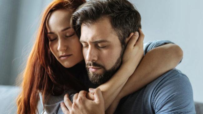Tu pareja puede ser el mejor analgésico. Basta que te coja de la mano