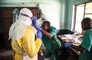Varios trabajadores liberianos se preparan para tratar a pacientes en Bikoro, RDC.