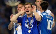 Casillas celebra el campeonato de la liga portuguesa obtenido con el Oporto.