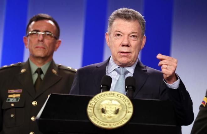 El presidente de Colombia, Juan Manuel Santos (d), y el General Jorge Luis Vargas Valencia.