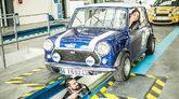Una mujer con su coche pasando la revisión de la ITV