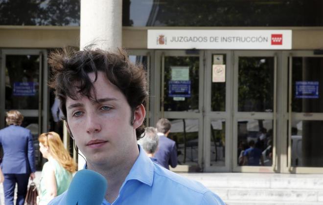 El 'pequeño Nicolás', ante los juzgados de Plaza de Castilla, en Madrid.
