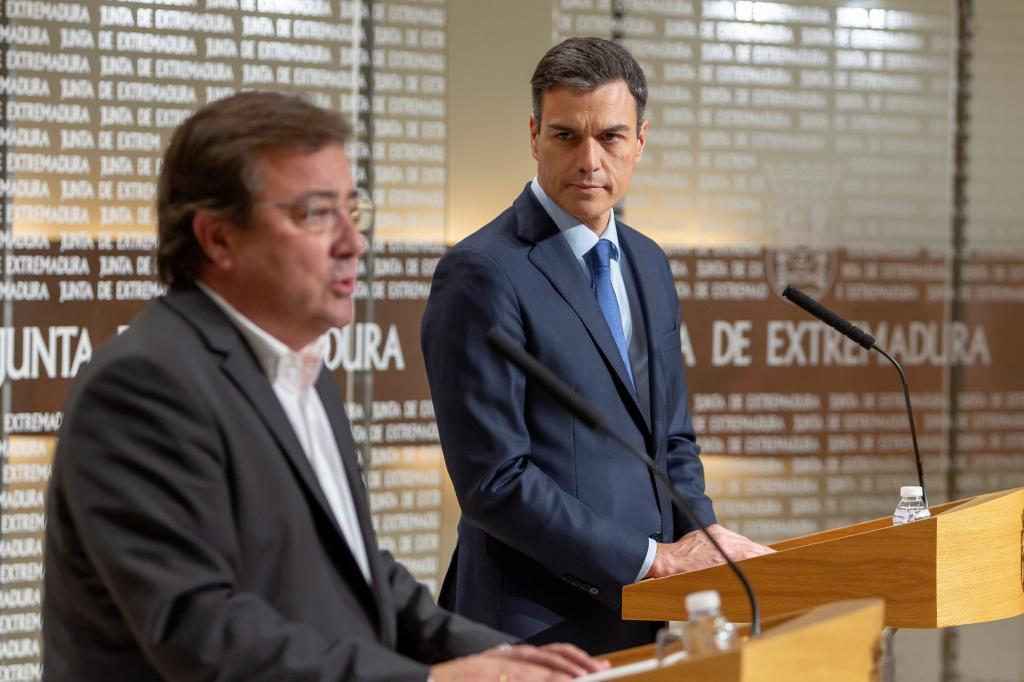 Pedro Sánchez, con el presidente de la Junta de Extremadura este viernes en Mérida.