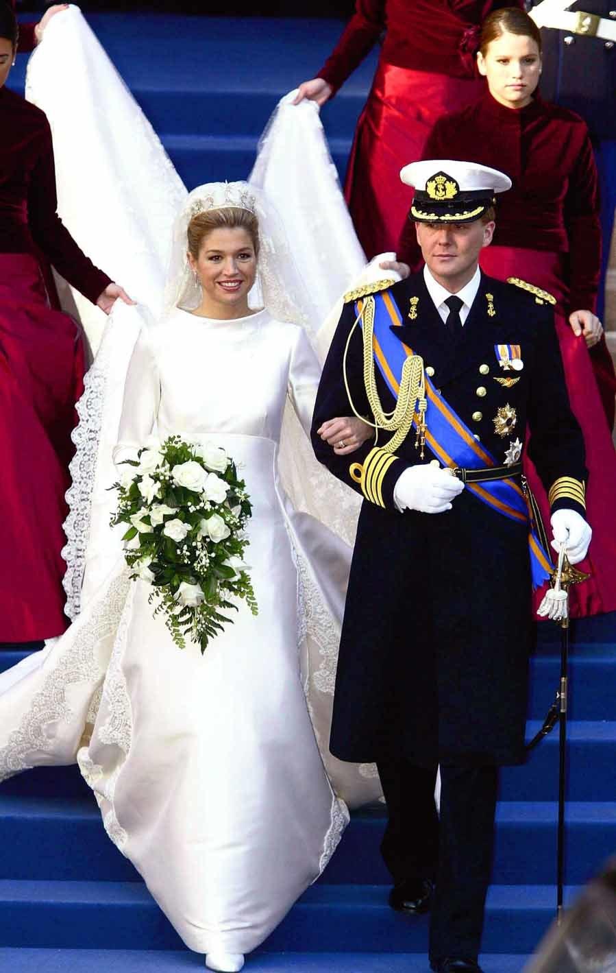 La pareja se casó el 2 de febrero de 2002 en Amsterdam. Máxima llevó un vestido de Valentino de cuello cerrado con dos aplicaciones de encaje bordadas a ambos lados de la falda.