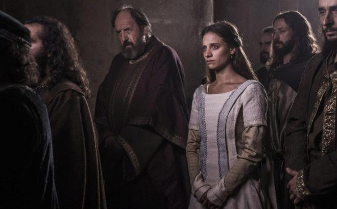 La actriz, en una escena de la nueva serie de Antena 3, con Josep...