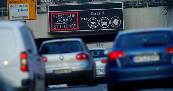 Una señal anuncia una alerta por altos niveles de contaminación en Stuttgart
