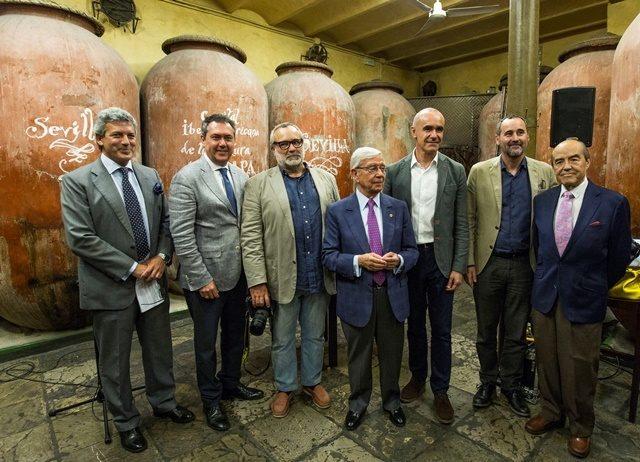 Miembros de la Academia Iberoamericana de Gastronomía junto a Juan Espadas y el concejal Antonio Muñoz tras la firma del acuerdo