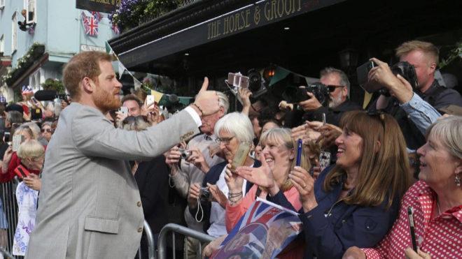 El Príncipe Harry ante las cámaras de fans y periodistas.