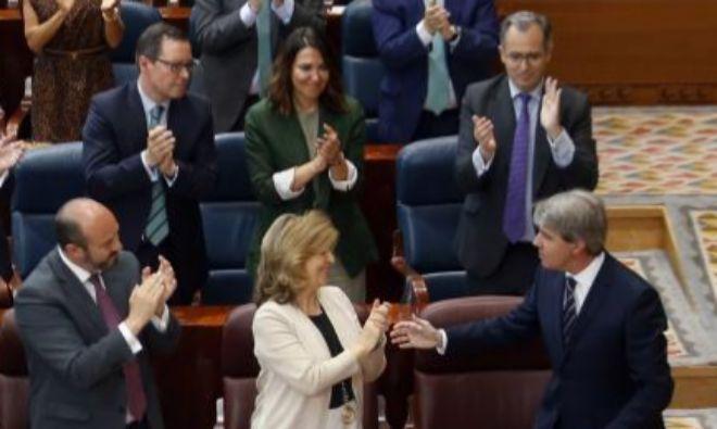 Ángel Garrido (en la fila inferior, a la derecha), aplaudido por Pedro Rollán (en esa misma fila, al izquierda) y por Enrique Ossorio (detrás de él), el pasado jueves en la Asamblea de Madrid.