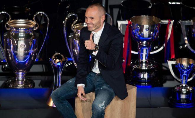 Iniesta, junto a sus trofeos, durante el homenaje del viernes en el Camp Nou.