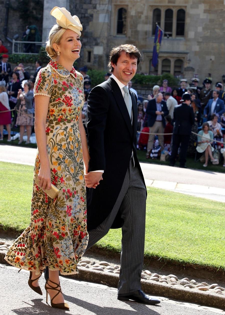 La novia del cantante James Blunt con un tocado beige a tono con el vestido.