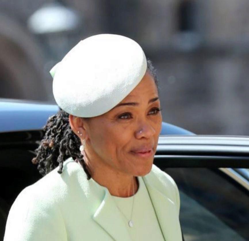 Con trenzas afro, dos pendientes en la oreja derecha y un piercing en la nariz. Así de 'poco protocolaria' ha acudido Dorian Ragland a la boda de su hija, Meghan Markle, con el príncipe Harry y la encorsetada familia real británica