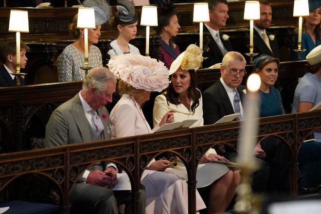 El príncipe Carlos, Camila Parker Bowles, Kate Middleton, el príncipe Andrés y la princesa Eugenia de York, en la capilla de San Jorge.