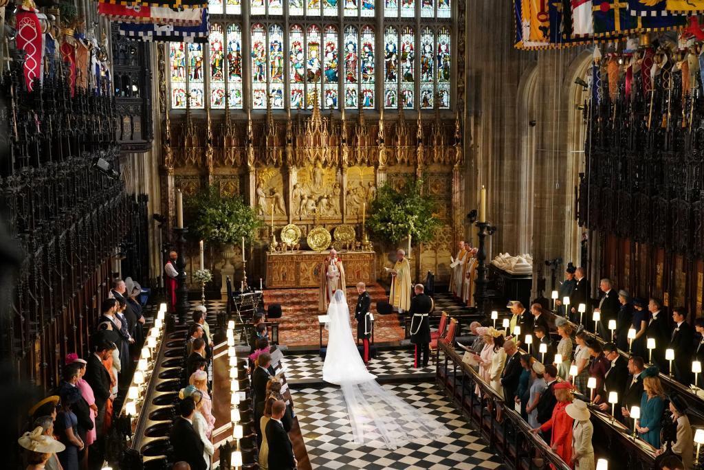 El príncipe Harry y Meghan Markle ante el altar de la capilla de St. George en el Castillo de Windsor.