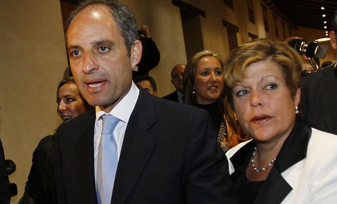 El ex presidente de la Generalitat, Francisco Camps, escoltado por Milagrosa Martínez.