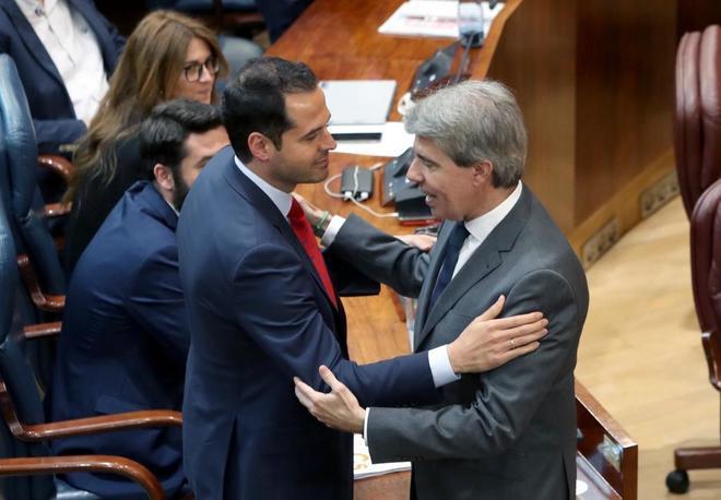 Ignacio Aguado y Ángel Garrido se saludan al final de la sesión de investifura del viernes.