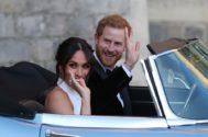 Mmeghan y Harry en el Jaguar  descapotable en el que abandonaron Windsor tras la boda.