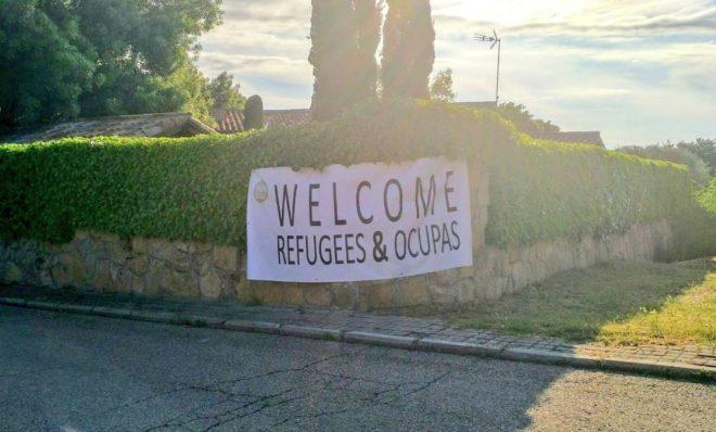Vox cuelga un cartel en el chalé de Iglesias y Montero dando la ...
