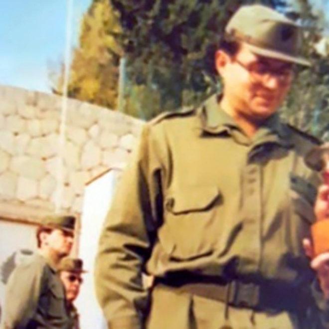 MALLORCA, 1987. El sargento Torra, en el regimiento Palma 47, junto al monumento a los caídos.