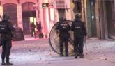Unos manifestantes lanzan piedras contra la Policía en Navarra en...