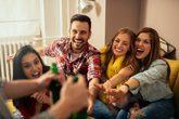 Un grupo de amigos disfruta de una fiesta en casa.