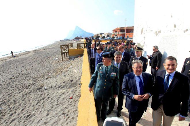 El ministro del Interior, Juan Ignacio Zoido, en su visita a La Línea...