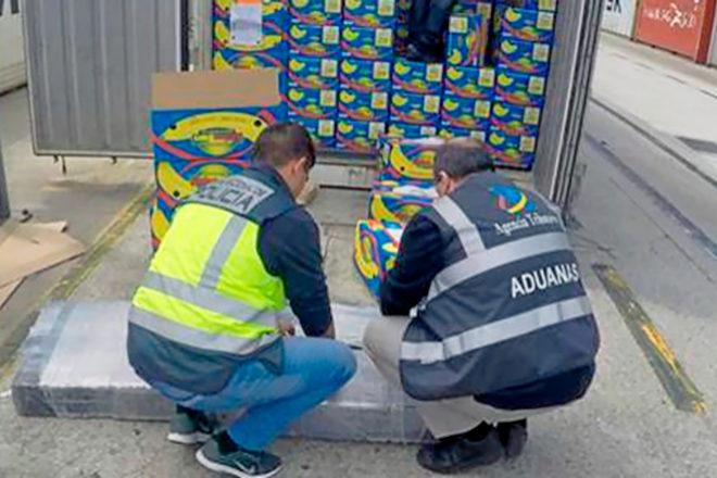 Agentes de la Policía y de la Agencia Tributaria abriendo unas cajas...