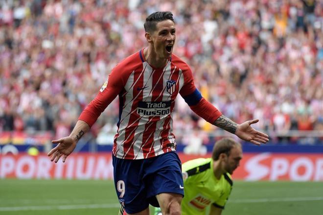 Fernando Torres celebra uno de sus dos goles ante el Eibar.