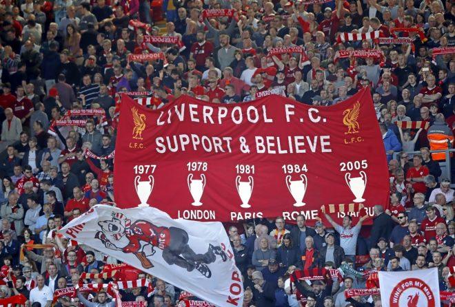 Una pancarta recuerda en Anfield las cinco Copas de Europa conquistadas por el Liverpool.
