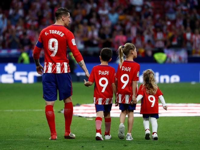 Fernando Torres, con sus tres hijos en el césped del Metropolitano.