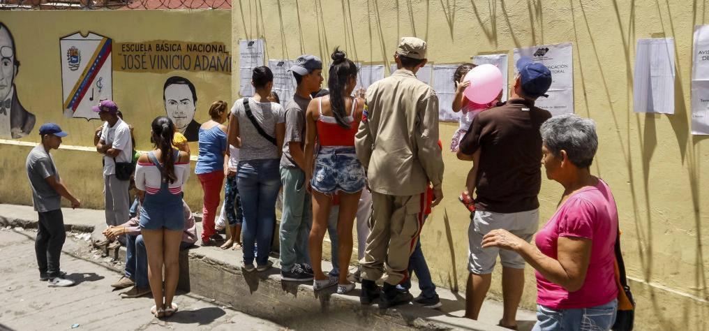 Ciudadanos se acercan a votar en Caracas, Venezuela.