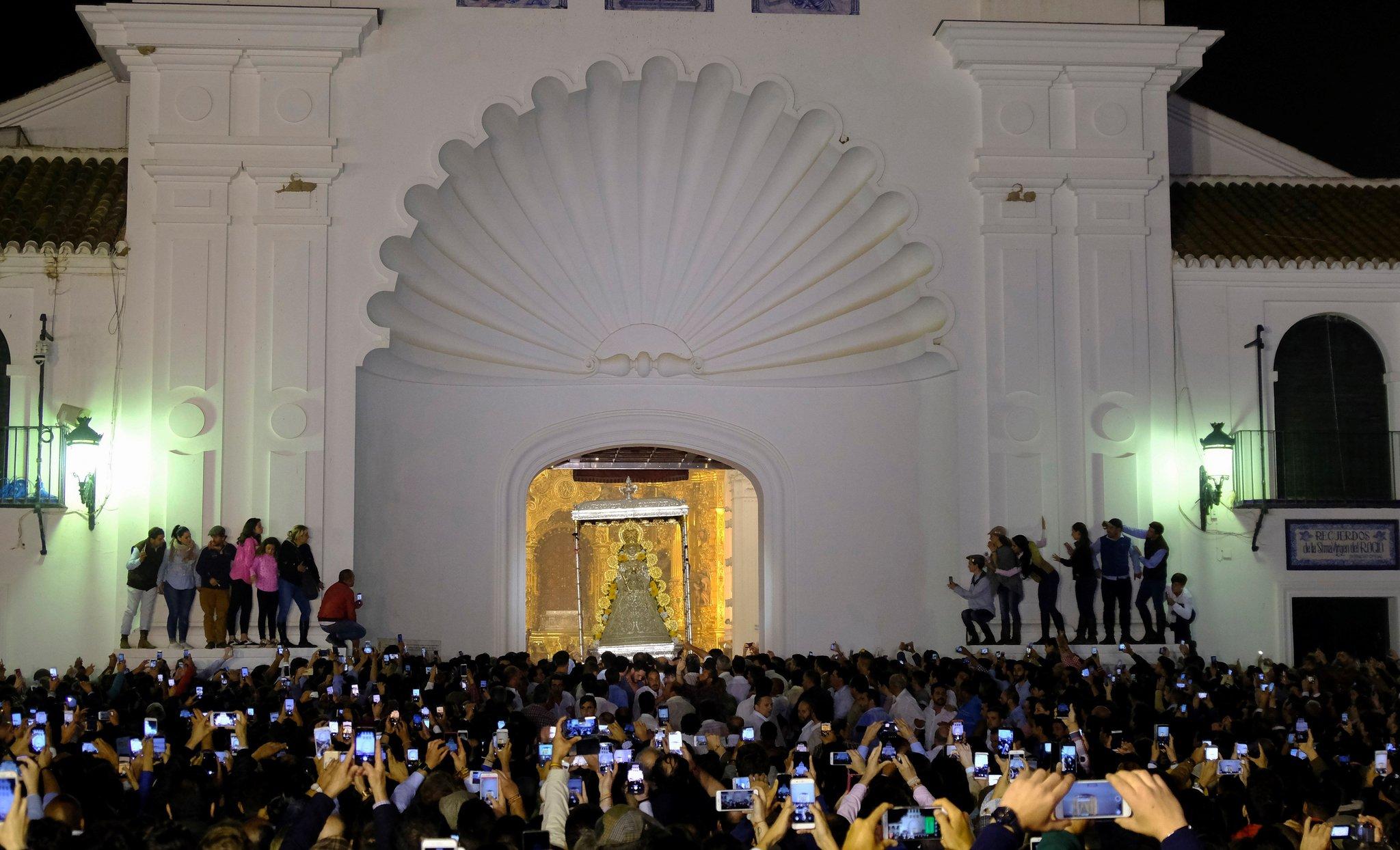 Multitud de devotos se congregan dentro y fuera de la ermita almonteña la madrugada de este lunes.