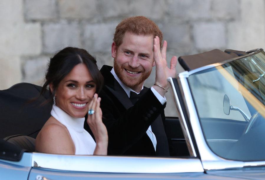 Antes de que pusieran rumbo a su fiesta en Frogmore House, hemos podido ver el regalo con el que Harry ha obsequiado a su mujer con una joya que guarda un significado muy especial. Se trata de un anillo de aguamarina que Diana se compró después de su divorcio con el príncipe Carlos.