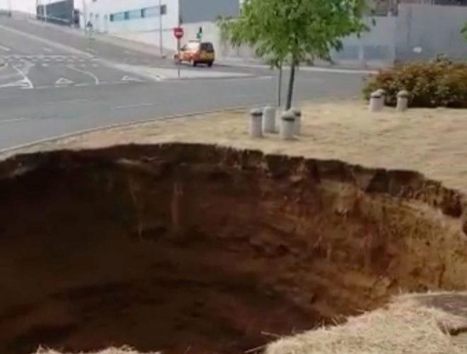 El socavón que ha provocado la incidencia en el suministro de agua, en el barrio de Sanchinarro.