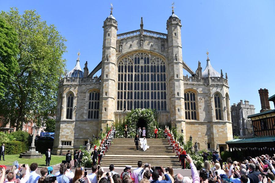 La pareja ha querido seguir la tradición familiar y se ha dado el sí quiero en el castillo de Windsor. Situado a 40 km de Londres, fue construido por el rey Eduardo III en 1343 y ha sido el hogar de la familia real británica durante nueve siglos, acogiendo todo tipo de eventos 'royal'.