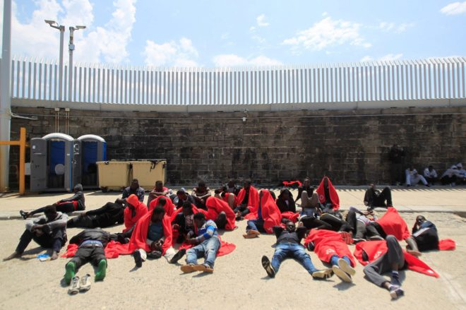 Inmigrantes subsaharianos rescatados por Salvamento Marítimo en aguas...