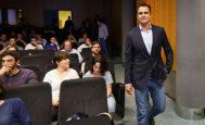 Falciani, este lunes, entrando en la sala de la UJI en la que impartía la conferencia.