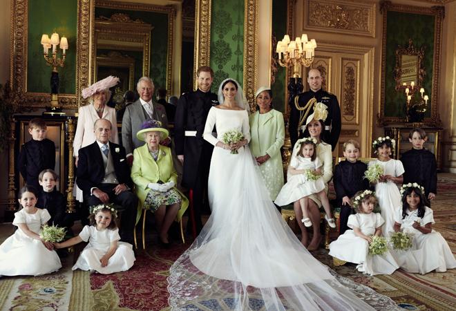 La pareja de recién casados, en la foto oficial junto a sus familia. La madre de Meghan es la única que aparece en la imagen.