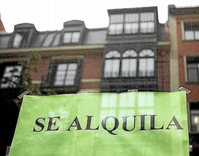 """Un cartel de """"Se Alquila"""" en una promoción de viviendas de Bilbao."""