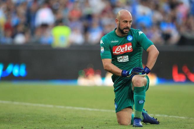 Pepe Reina, durante el partido entre el Nápoles y el Crotone de este domingo.