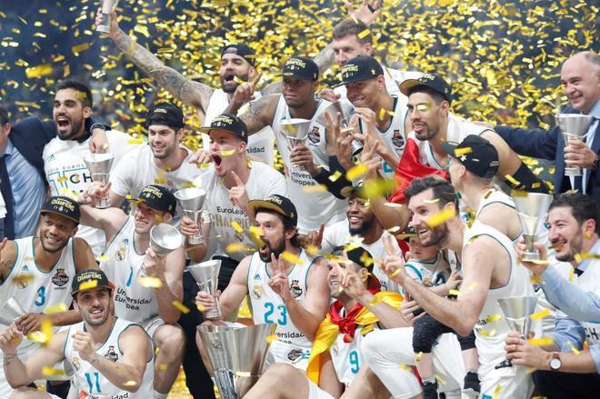 Los jugadores del Real Madrid celebran el título en la final del 80.