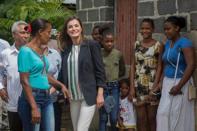 La Reina, ayer, visita un proyecto de la Agencia de Cooperación...