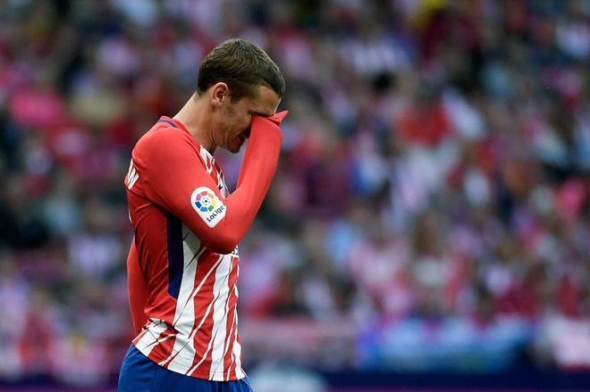 Antoine Griezmann se seca las lágrimas durante el partido ante el Eibar.