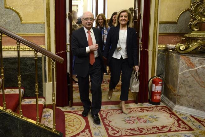 Los ministros Cristóbal Montoro y Fátima Báñez, en el Congreso de...